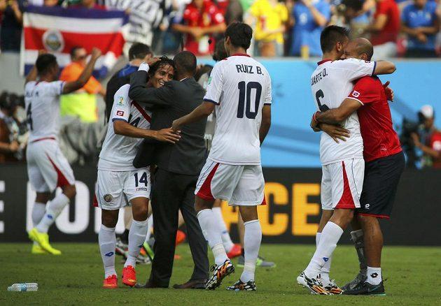 Kostarika slaví senzační vítězství nad Itálií. Raduje se i střelec jediné branky Bryan Ruíz (třetí zprava).