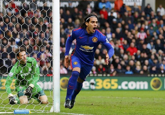 Radamel Falcao z Manchesteru United vyrovnal proti Stoke City na konečných 1:1. Za ním brankář Asmir Begovič.