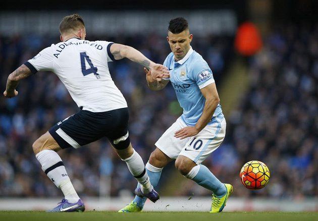 Obránce Tottenhamu Toby Alderweireld v souboji s útočníkem Manchesteru City Sergiem Agüerem v zápase 26. kola anglické Premier League.