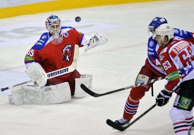 Zleva brankář Lva Petri Vehanen, obránce Ryan O´Byrne a útočník Doněcku Jevgenij Dadonov.