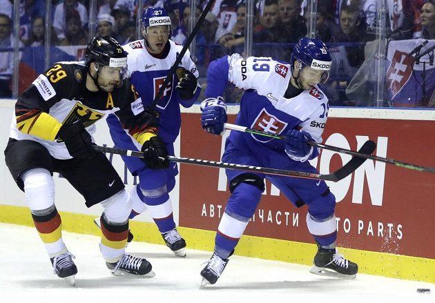Němec Leon Draisaitl (vlevo) v souboji se Slovákem Matušem Sukelem (vpravo) v utkání MS.