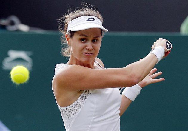 Slovenka Jana Čepelová během utkání s Garbině Muguruzaovou ve Wimbledonu.