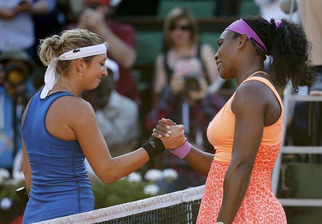 Švýcarka Timea Bacsinszká (vlevo) gratuluje Sereně Williamsové k postupu do finále Roland Garros.