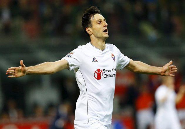 Útočník Fiorentiny Nikola Kalinič slaví gól na hřišti Interu Milán.