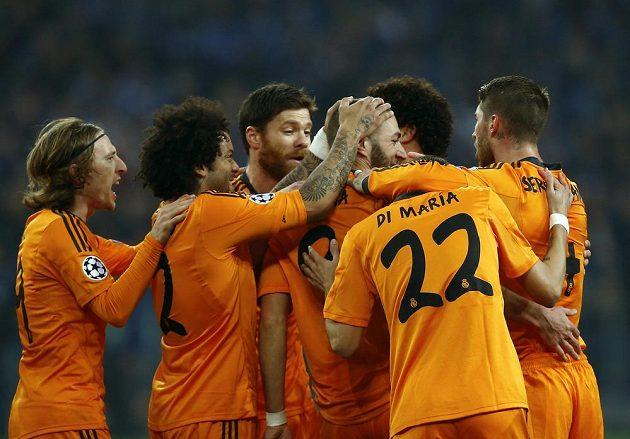 Fotbalisté Realu Madrid se společně se střelcem Karimem Benzemou radují z branky proti Schalke.