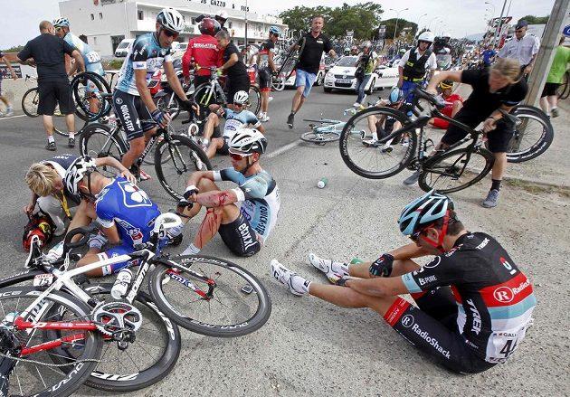 Jeden z hromadných pádů v závěru úvodní etapy Tour de France.