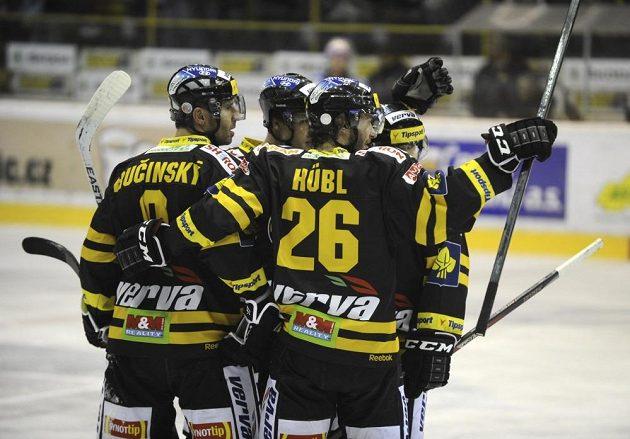 Litvínovský útočník Martin Ručinský (vlevo) se raduje se spoluhráči ze vstřelení gólu proti Pardubicím.
