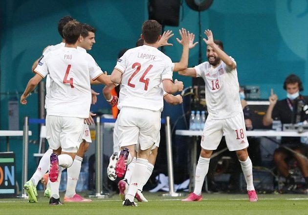 Španělská radost. Jordi Alba slaví gól ve čtvrtfinále EURO poté, co si do vlastní sítě poslal míč Švýcar Denis Zakaria.
