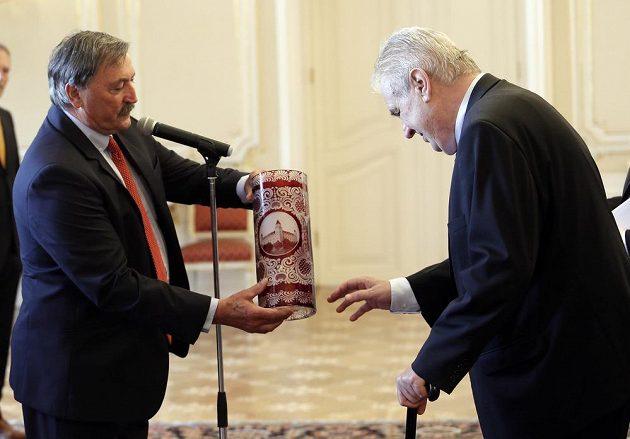 Prezident Miloš Zeman přijalzástupce českého zlatého týmu z mistrovství Evropy 1976. Na snímku vlevo Antonín Panenka.