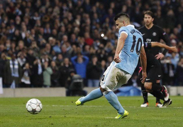 Úočník Manchesteru City Sergio Agüero neúspěšně zahrává pokutový kop proti Paris St. Germain.