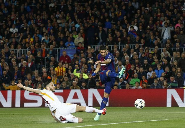 Kanonýr Barcelony Luis Suárez (vpravo) pálí na branku AS Řím, brání mu Alessandro Florenzi.