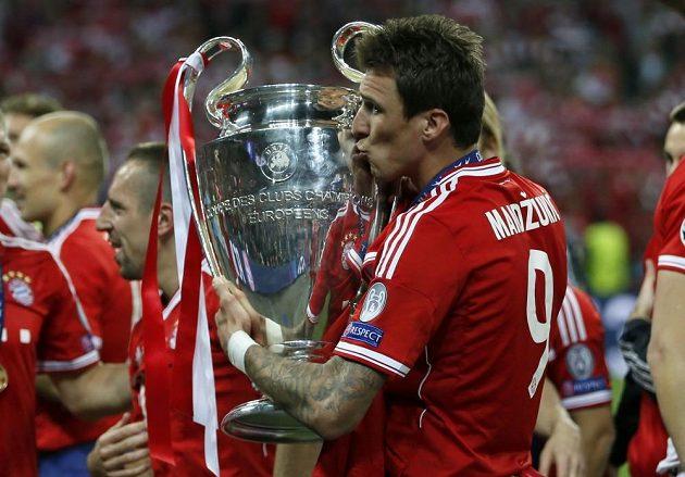 Střelec úvodního gólu finále Ligy mistrů Mario Mandžukič si užívá radost s pohárem.