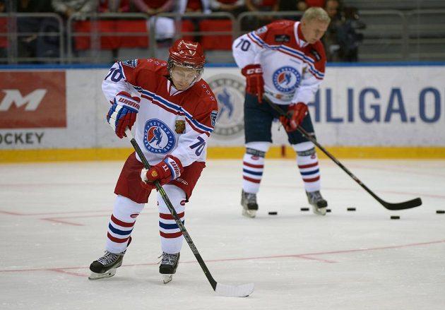 Ruský prezident Vladimir Putin je často k vidění v hokejové výstroji. Naposledy nechyběl při exhibici v Soči