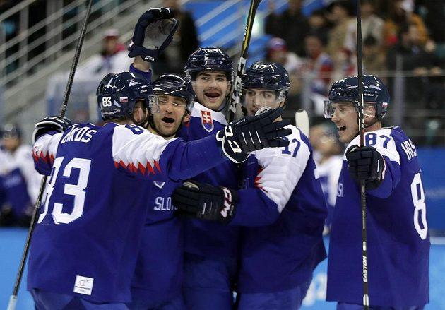 Hokejisté Slovenska se radují z třetí branky.