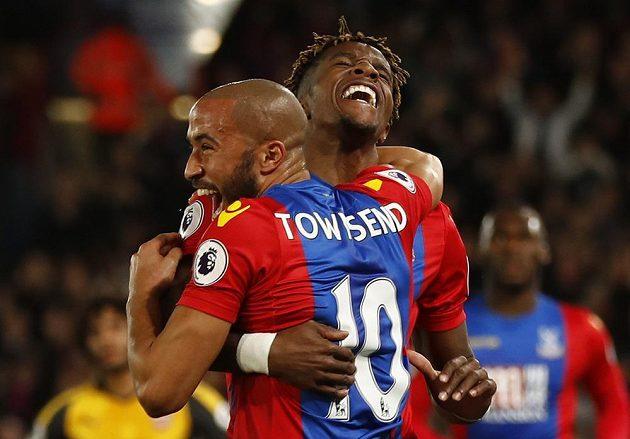 Andros Townsend s Wilfriedem Zahou z Crystal Palace oslavují gól do sítě Arsenalu.