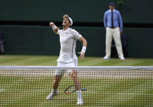 Britský tenista Andy Murray slaví vítězství ve Wimbledonu.