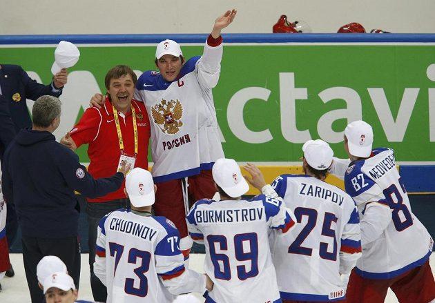 Ruský kouč Oleg Znarok, který musel sledovat finále jen z tribuny, slaví s ruskými hokejisty titul mistrů světa.