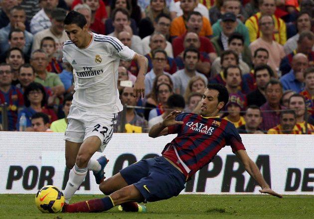 Sergio Busquets z Barcelony (vpravo) se snaží skluzem zastavit Ángela Di Mariu z Realu Madrid.