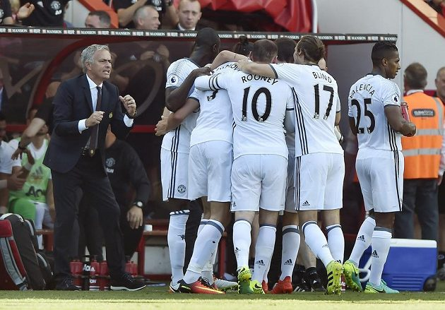 Nový kouč Manchesteru United Jose Mourinho (vlevo) se spolu se svými svěřenci raduje z gólu Zlatana Ibrahimovice v 1. kole Premier League.