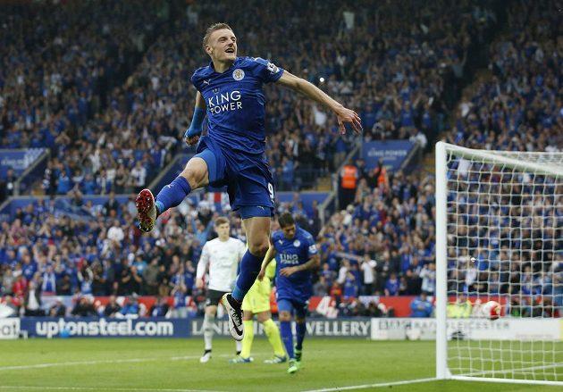 Jamie Vardy oslavuje gól do sítě Evertonu.