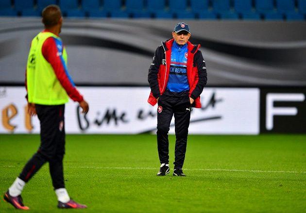 Trenér Karel Jarolím v hamburské aréně.