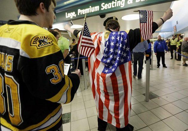 Bostonští fanoušci vyrazili na zápas Bruins proti Buffalu s americkými vlajkami, čímž reagovali na pondělní tragické události.