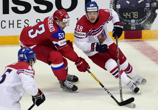 David Pastrňák (zprava) z ČR se snaží uniknout Alexeji Marčenkovi z Ruska.