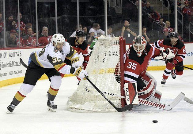 Útočník Vegas Tomáš Hyka se snažil zakončit akci v utkání NHL proti New Jersey Devils, radost mu pokazil gólman Cory Schneider (35), jenž vyrazil puk.