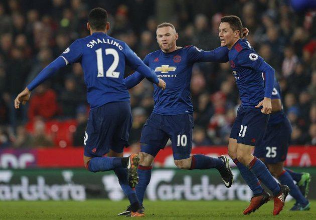 Wayne Rooney (uprostřed) slaví svoji trefu s Anderem Herrerou (vpravo) a Chrisem Smallingem.