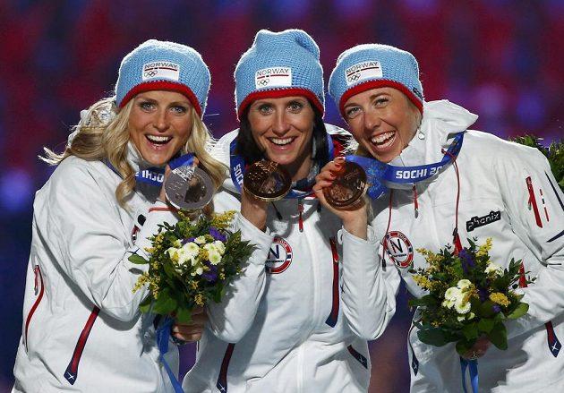 Norské běžkyně z běhu na 30 kilometrů zlatá Marit Björgenová (uprostřed), stříbrná Therese Johaugová (vlevo) a bronzová Kristin Störmerová Steiraová dostaly medaile během slavnostního zakončení her.