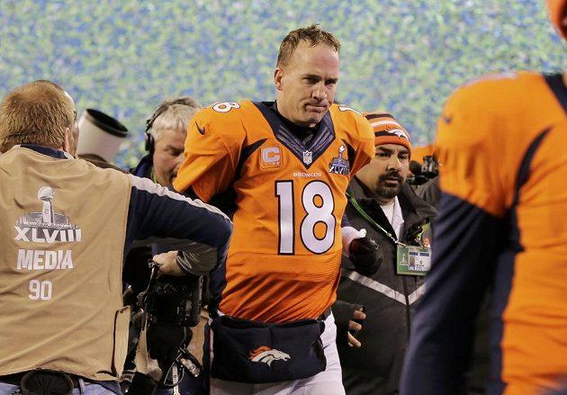 Zklamaný hvězdný quarterback Peyton Manning opouští arénu, v níž Denveru nepomohl ke kýženému triumfu ve finále NFL.