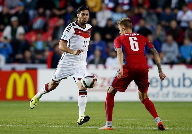 Ondřej Petrák (č. 6) v souboji s Emre Canem z německého týmu.