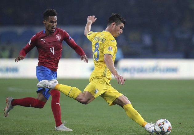 Nápřah střelce ukrajinského gólu Ruslana Malinovského sleduje Theo Gebre Selassie.