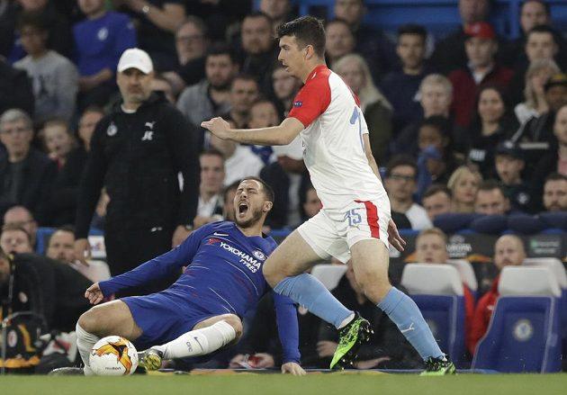 Hvězda Chelsea Eden Hazard (vlevo na zemi) v akci spolu se slávistou Ondřejem Kúdelou během utkání Evropské ligy.