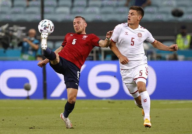 Český obránce Vladimír Coufal odkopává míč během čtvrtfinále EURO před dotírajícím Joakimem Maehlem z Dánska.