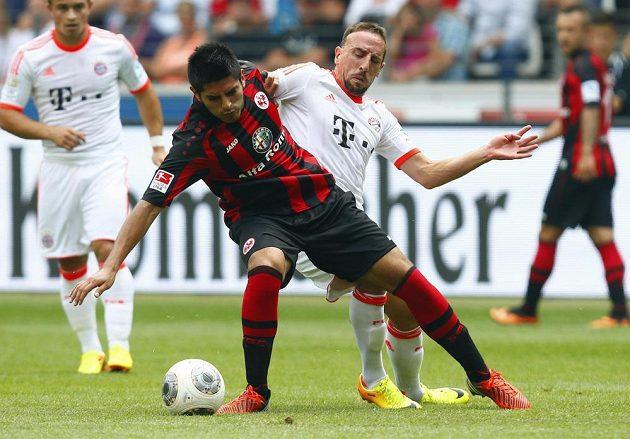 Carlos Zambrano z Frankfurtu (vlevo) a Franck Ribéry z Bayernu Mnichov.