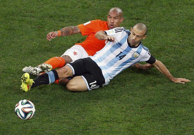 Nizozemec Nigel de Jong v souboji s Argentincem Javierem Mascheranem (14).