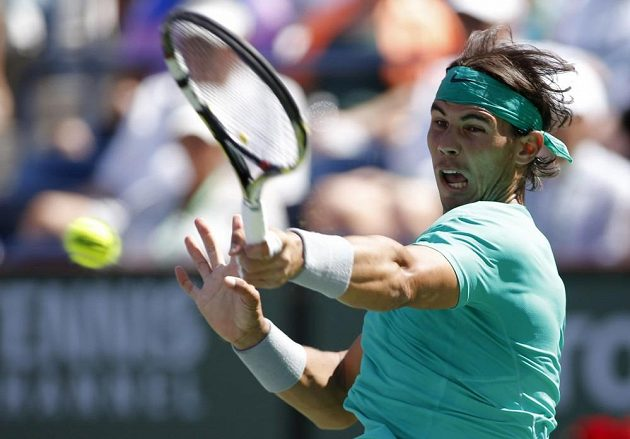 Rafael Nadal odvrací míček v souboji s Tomášem Berdychem.