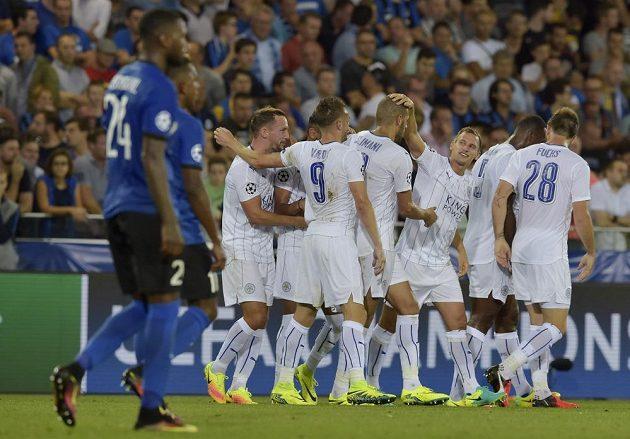 Hráči Leicesteru City se radují z gólu Rijáda Mahríze (schovaný) v Bruggách.
