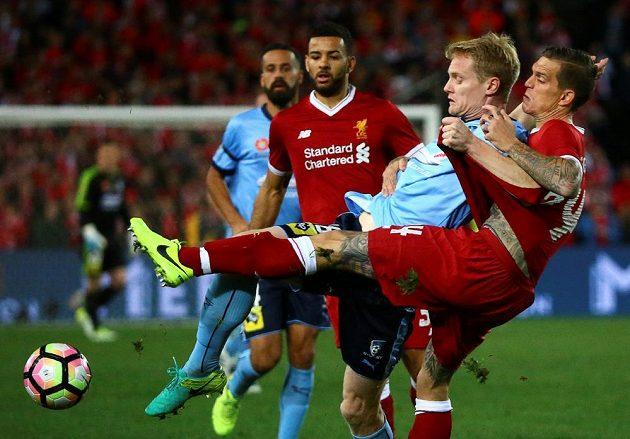 Dres Liverpoolu znovu oblékl i potetovaný válečník Daniel Agger (vpředu).