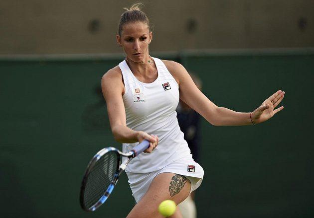 Forhendový úder Karolíny Plíškové, která v prvním kole Wimbledonu vyřadila Yaninu Wickmayerovou.