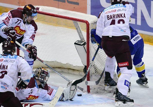 Tomáš Pöpperle ze Sparty inkasuje druhý gól od Zlína. Přihlížejí zleva Petr Vrána, Richard Nedomlel a Michal Barinka (všichni Sparta). Zcela vpravo je autor gólu Pavel Kubiš.