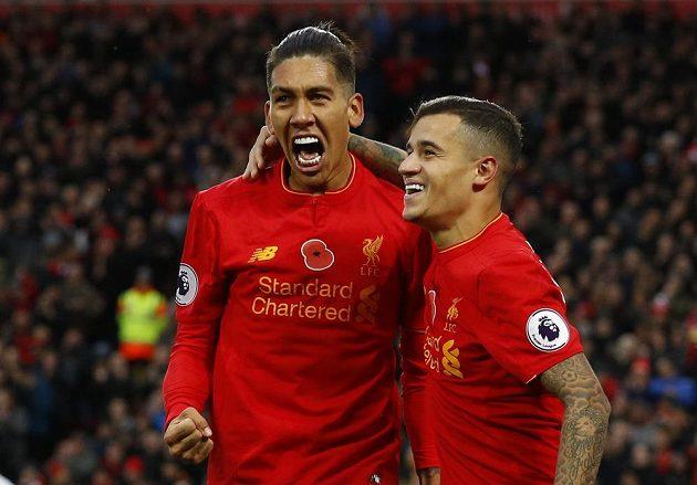 Liverpoolský Roberto Firmino (vlevo) se raduje společně s Philippem Coutinhem z gólu v ligovém utkání s Watfordem.