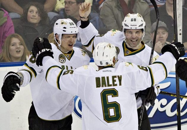 Rozjásaní hokejisté Dallasu: zleva Philip Larsen, Trevor Daley a Jaromír Jágr, autor vítězné trefy v utkání proti Edmontonu.