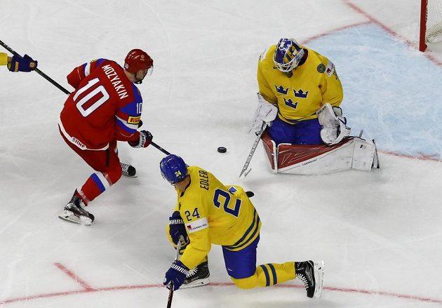 Švédský brankář Viktor Fasth zasahuje v utkání mistrovství světa s Ruskem. V šanci se ocitl Rus Sergej Mozjakin.