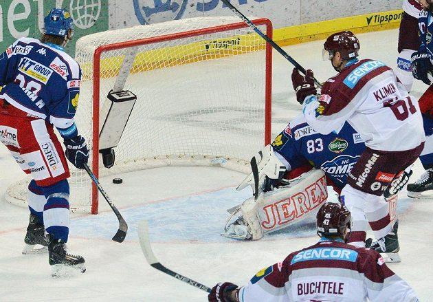 Sparťanský útočník Lukáš Klimek dává gól v utkání proti brněnské Kometě.