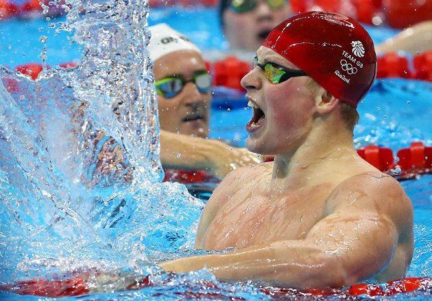 Britský prsař Adam Peaty oslavuje olympijské zlato na stovce.