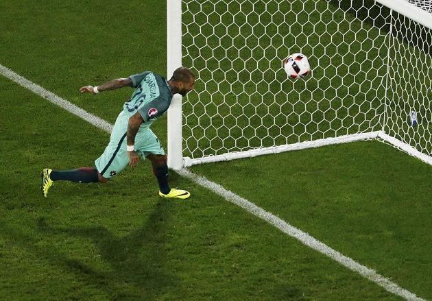 Portugalec Ricardo Quaresma střílí vítězný gól proti Chorvatsku.