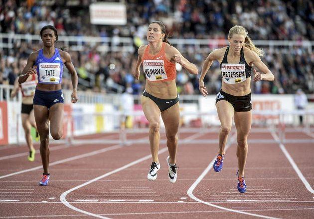 Zleva Cassandra Tateová z USA, vítězná Zuzana Hejnová a Sara Petersenová z Dánska v závěru závodu na 400 m překážek při Diamantové lize ve Stockholmu.