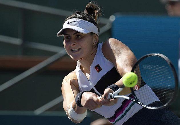 Kanadská tenistka Bianca Andreescuová returnuje ve finále turnaje v Indian Wells. Své tažení dotáhla do vítězného konce.